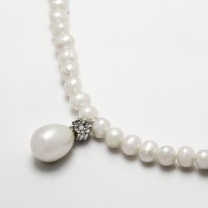 Colar em ouro branco com pérolas e diamantes